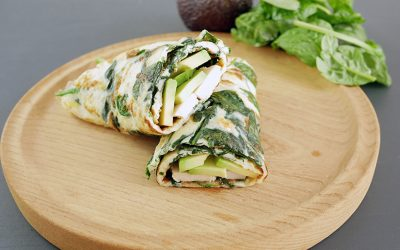 Omeletwrap met kip, spinazie en avocado