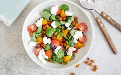 Salade met geroosterde kikkererwten en geitenkaas